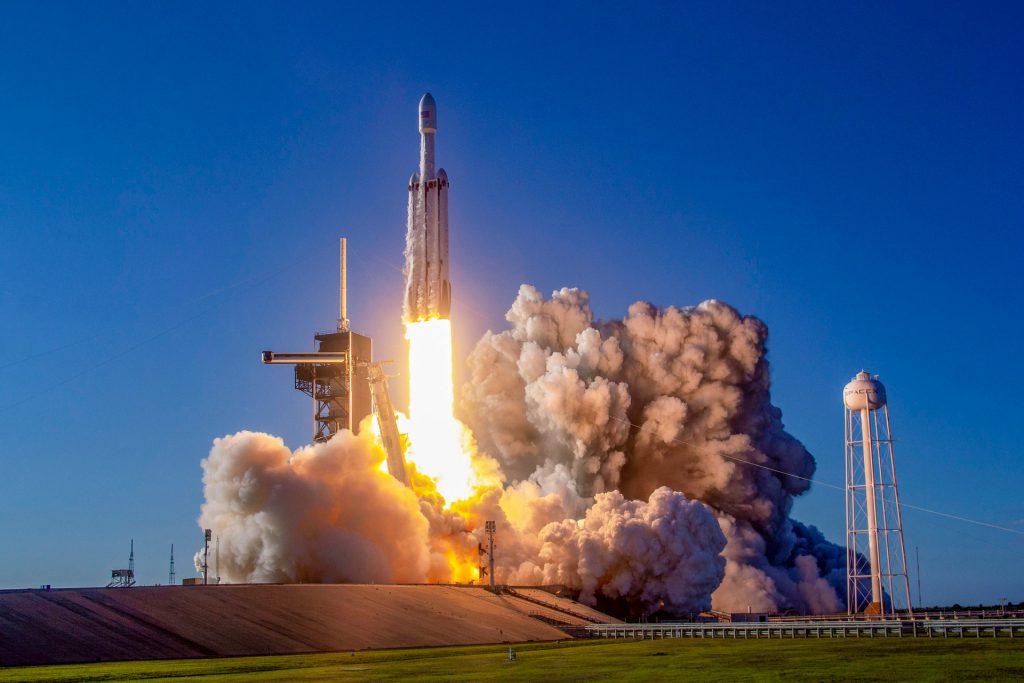"""موشک """"فالکون هوی"""" همراه با خاکستر ۱۵۲ پرسنل ناسا به فضا پرتاب شد"""