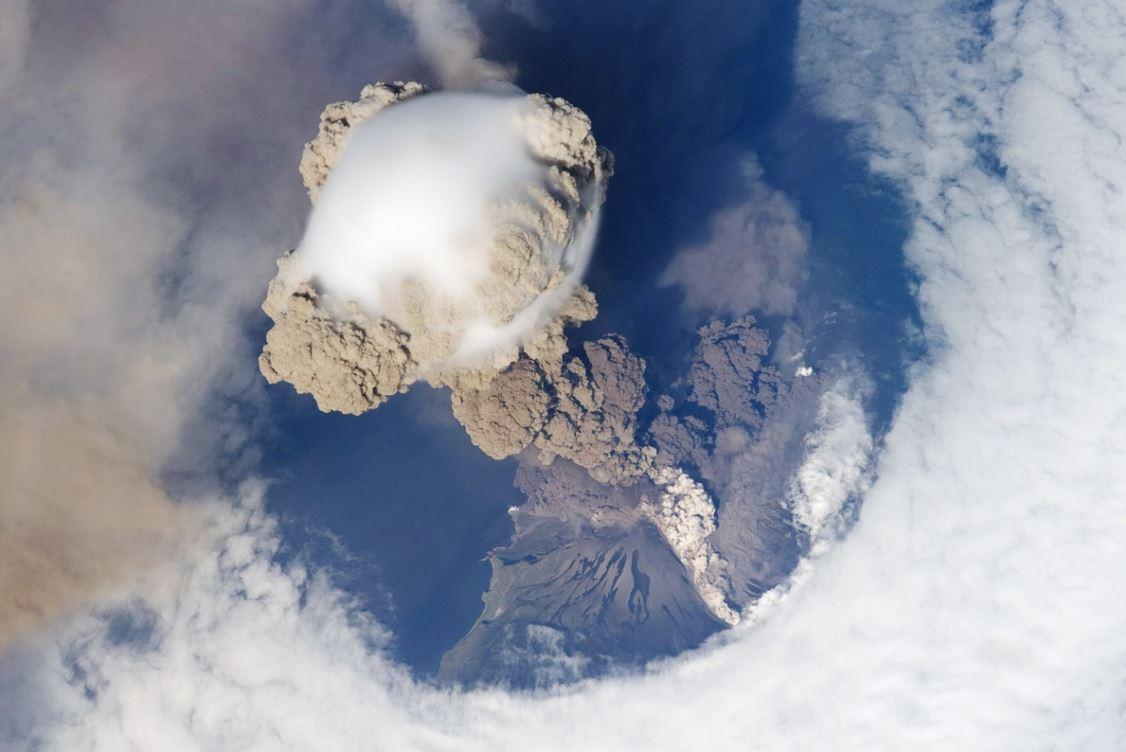 ثبت تصاویر فوران غیرمنتظره آتشفشان Raikoke از فضا