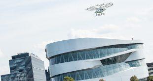 """اولین پرواز شهری تاکسی هوایی ولوکوپتر """"Volocopter"""" در موزه مرسدس بنز"""